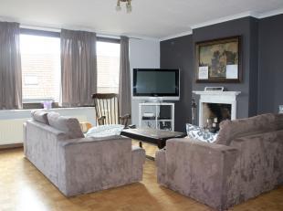 Ruim appartement met 3 slaapkamers te huur in een zijstraat van het Marktplein van Ardooie. Dit appartement bestaat uit een inkom, eet- en leefruimte