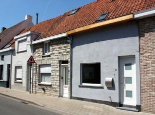 Deze gerenoveerde en gemeubelde woning is gelegen op wandelafstand van het centrum van Roeselare.<br /> De woning is volledig vernieuwd en bestaat uit