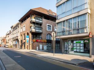 Dit handelspand is centraal en commercieel gelegen op het de Coninckplein (Sint-Amandsplein) in het centrum van Roeselare. De oppervlakte van het hand