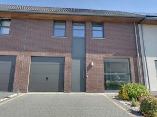 Deze hedendaagse woning bevindt zich op wandelafstand van het centrum van Roeselare en heeft tevenseen vlotte bereikbaarheid. De woning is gelegen in