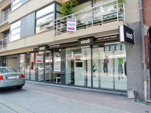 Zeer lichtrijkeen modernewinkelruimte / kantoorte Roeselare.Deze winkelruimte werd volledig ingericht en bestaat uit- Open kantoorruimte met veel natu