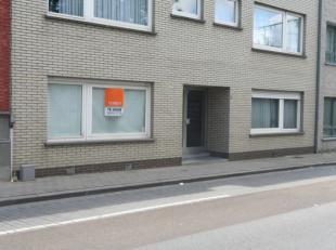 Instapklaar gelijkvloers appartement in het centrum van Harelbeke.Dit vernieuwd appartement heeft als indeling: inkom met vestiaire, woonkamer met ope
