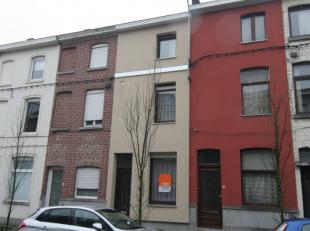 Te moderniseren woning op een rustige locatie.Deze woning omvat: een inkom, voorplaats, woonkamer, keuken, toilet, badkamer, een buitenberging met ter
