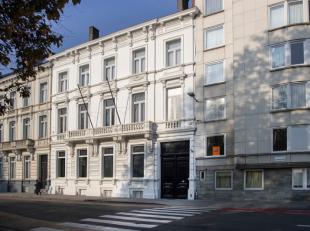 Deze unieke eigendom is gelegen in hartje Kortrijk. De impressionante gevel, de grote ruimtes met hoge plafonds, de exclusieve stadstuin, het authenti