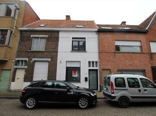 Volledig gerenoveerde 3-slpk woning nabij het centrum van Roeselare. De woning geeft in de inkomhal toegang naar een apart toilet, ruimte voor stallin