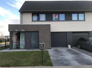 Deze halfopen nieuwbouwwoning is gelegen in een rustige en kindvriendelijke buurt te Oekene. Het gelijkvloers omvat een inkom met toilet, een lichtrij