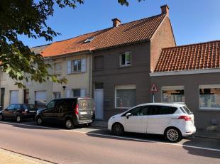 Gerenoveerde twee-slaapkamer stadswoning (halfopen) met buitenterras. Ingerichte keuken en douchekamer. CV op aardgas & geïsoleerd dak. Inter