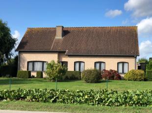 Landelijk gelegen alleenstaande drie-slaapkamer bungalow (met zadeldak) + garage en grote tuin. Gelegen vlakbij het gehucht Vijfwegen te Staden. Prach