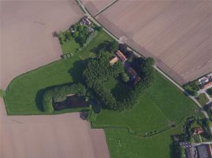 goed onderhouden KASTEELHOEVE met bijgebouwen op +/- 4,5 ha, goed georiënteerd met prachtig verzicht op de mooie tuin