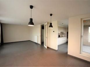 PRACHTIG DUPLEX APPARTEMENT met Inkomhal, Ruime Living (30m²), Open Kkn (voll inger, vaatwas, toestellen AEG), Terras, 2 WC's, 2 Slpk, Inger Badk