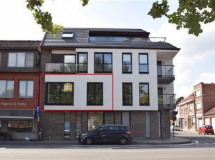 ROESELARE - Recente nieuwbouw in residentie Mandelhoek. Bestaande uit: Ruime inkomhal, lichtrijke living met open/ingerichte keuken, aparte berging, 2