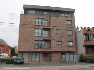 Appartement te huur vlakbij supermarkten, bushaltes, ... De woning wordt verwarmd via gas.Bestaande uit:- Inkom- Apart toilet- Woonkamer- Open keuken-