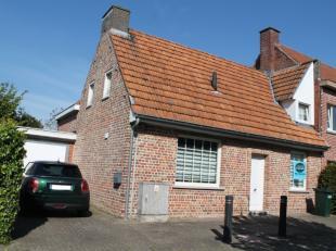 Rustig en centraal gelegen woning te huur in Roeselare met 3 slaapkamers, garage en ruime tuin met terras. De woning wordt verwarmd via centrale verwa