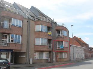 Het appartement is gelegen in Rollegem-Kapelle, een deelgemeente van Ledegem.Het appartement is gelegen op het eerste verdiep. Er is een lift aanwezig