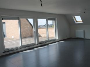 Uniek dakappartement met 2 verdiepingen, 2 slaapkamers, 2 badkamers en 3 unieke terrassen in het centrum van Roeselare! Het dakappartement is gelegen