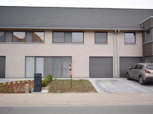 Deze recente woning is gelegen in het centrum van Beveren en bestaat uit : Inkom met gastentoilet. Woonkamer met ruime, volledig ingerichte open keuke