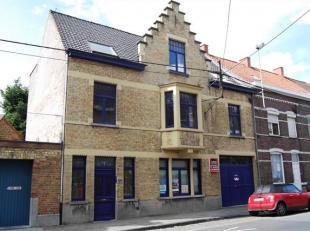 STATIONSDREEF 85 - ROESELARE Gezellig appartement gelegen op de 2de verdieping, bestaande uit: Private inkom, gezellige woonkamer in plankenvloer, vol