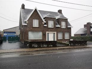IEPERSESTRAAT 532 - ROESELARE Ruime loods met woning, bestaande uit: Loods en garage: 600m² met 2 sectionale poorten vooraan, waarvan 1 elektrisc