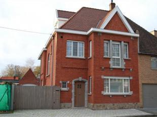 Azalealaan 3 - Roeselare Volledig gerenoveerde en stijlvol ingerichte en afgewerkte woning. Woning bevat oa, inkomhall met trap naar verdieping en toi