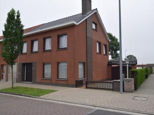 Goed gelegen, degelijke en ruime halfopen bebouwing in de Boterstraat te Izegem.<br /> Bestaande uit inkom met trap, woonplaats met houtkachel, leefke