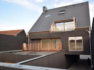 Dit exclusief duplex dakappartement heeft een bewoonbare oppervlakte van 170m² + zonne-terras van 15m².<br /> De vlotte bereikbaarheid en li