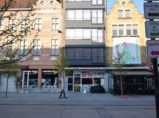STATIONSPLEIN 19/1.1 - ROESELARE<br /> Volledig gerenoveerd appartement bestaande uit een ruime woonkamer met een volledig nieuwe open keuken met alle