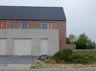 De woning bestaat gelijkvloers uit een inkom met toilet, lichtrijke woonkamer met open ingerichte keuken met landelijk verzicht en garage en op de 1st