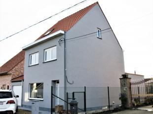 De woning bestaat uit een inkom, woonkamer, ingerichte keuken, badkamer, kelder, toilet, wasplaats, 5 slaapkamers, tuin, garage.<br /> Vrij: onmiddell