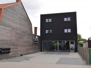 Modern recent (2013) gebouw bestaande uit:<br /> GELIJKVLOERS HANDELSPAND MET PARKING<br /> 8 STUDIOS MET KEUKEN<br /> 1 TOILET EN 1 DOUCHE/VERDIEPING