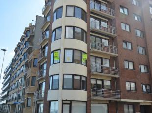 Appartement omvattende inkom; livingruimte; keuken (afwasbekken, elektrisch fornuis, dampkap, oven, frigo); 2 slaapkamers; wc; badkamer (lavabo, ligba