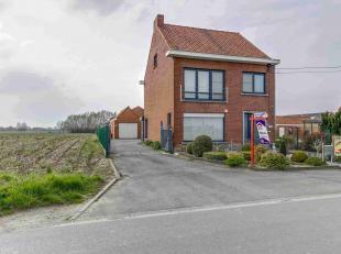 Verzorgde alleenstaande woning in een landelijke omgeving en met uitzicht op de velden bestaande uit :- gelijkvloers : hall met toilet, living, volled
