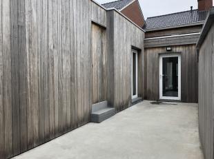 Volledig gerenoveerde rijwoning bestaande uit :- hall met toilet- zeer ruime lichtrijke living met volledig ingerichte open keuken, badkamer met bad e
