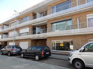 2 1 Ja Appartement bestaande uit inkomhal met ruime bergplaats, ruime living met open ingerichte keuken (koelkast, elektrisch kookfornuis, oven, vaatw