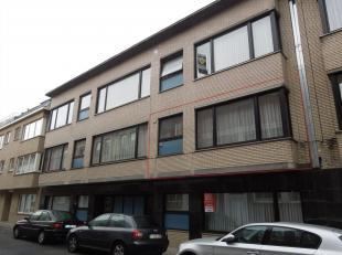 Appartement op de 1ste verdieping (75 m²) bestaande uit inkom, living, keuken, 2 slaapkamers, badkamer met ligbad, kelder nr 20  en garage.K9