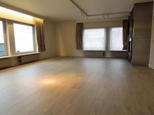 Nabij centrum gelegen ruim appartement op de 1e verdieping bestaande uit inkom, ruime living met aansluitend een modern ingerichte keuken, berg- en wa