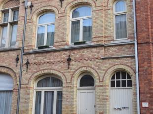 Inkom, living en salon, met open keuken, douchekamer met wc, 1 slaapkamer en koertje. EPC 558. Volledig dossier op aanvraag.
