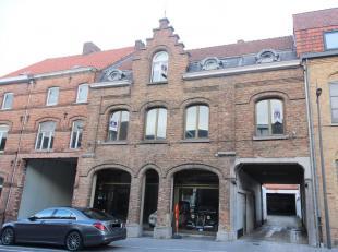 APPARTEMENT GELEGEN IN HET CENTRUM<br /> Dit appartement bestaat uit living met open ingerichte keuken (koelkast, elektrische kookplaat, dampkap en sp