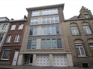 CENTRAAL GELEGEN APPARTEMENT MET LIFT EN TERRAS<br /> Dit appartement is gelegen op wandelafstand van de Grote Markt en beschikt over een inkomhal, ru
