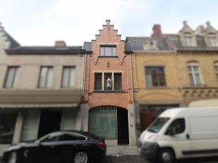 DUPLEX APPARTEMENT MET TERRAS GELEGEN IN HET CENTRUM<br /> Dit appartement omvat een ruime living met een open ingerichte keuken (vaatwas, oven, diepv