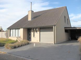 VILLA MET 3 SLPKS, TUIN, GARAGE EN CARPORT<br /> Deze vrijstaande villa bevindt zich in een rustige woonwijk met doodlopende straat op 11 km van Ieper