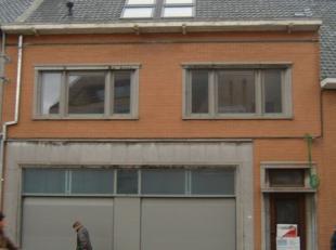 Gerenoveerd tweeslaapkamer appartement met tuin in Poperinge centrum.Indeling: ingerichte living - ruime open keuken voorzien van nodige inbouwtoestel