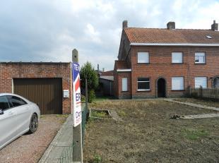 Vlamertinge: Ruime te renoveren woning met garage.indeling:Ruime voortuin, met garage links van de woning.Inkom, living in twee delen + achterliggende