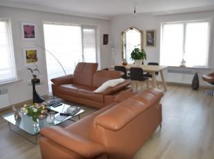 Instapklaar en goed onderhouden appartement op het 2de verdiep te Roeselare. Inkomhal met apart toilet en meubel zeer ruime leefruimte met open keuken