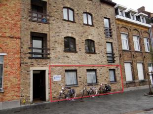 Ruim appartement met inkom en vestiaire, apart toilet. Voorplaats kan dienen voor 2de living of derde ruime slaapkamer. Open leefruimte met open keuke