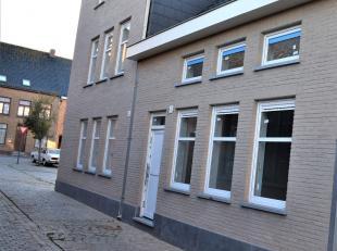 Net even weg van de drukte van Prof. Rubbrechtstraat, in een rustig zijstraatje van het Roesbruggeplein (Tempeliersstraat) werd een nieuwbouwwoning op