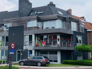 Prachtige duplex met 2 slaapkamers, 2 badkamers en groot terrasVolledig instapklaar en afgewerkt met hoogwaardige materialen.Living en eetplaats in pa
