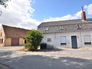 Landelijke, halfopen woning, gelegen te Poperinge.Deze woning is grotendeels gerenoveerd en instapklaar/verder af te werken. Het gelijkvloers bestaat