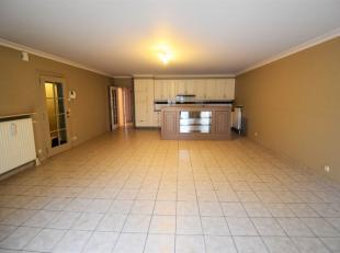 Dit appartement is centraal gelegen en beschikt over een garage. Het appartement is als volgt ingedeeld: Inkomhal, afzonderlijk toilet, leefruimte met