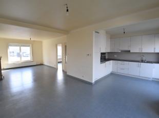 Duplex appartement met balkon. Het appartement is als volgt ingedeeld: Eerste verdiep: inkomhal, leefruimte, bureauruimte, badkamer (lavabo, douche en