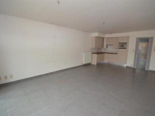 Recent 2-slaapkamer appartement met privatieve autostaanplaats. Het appartement is als volgt ingedeeld: inkom, woonkamer aansluitend op terras met vol